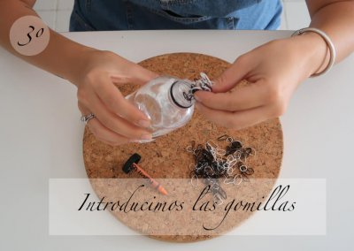 3º Introducimos las gomillas en la botella