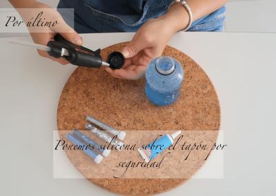 7º Cerramos la botella con silicola para asegurar que no se pueda abrir